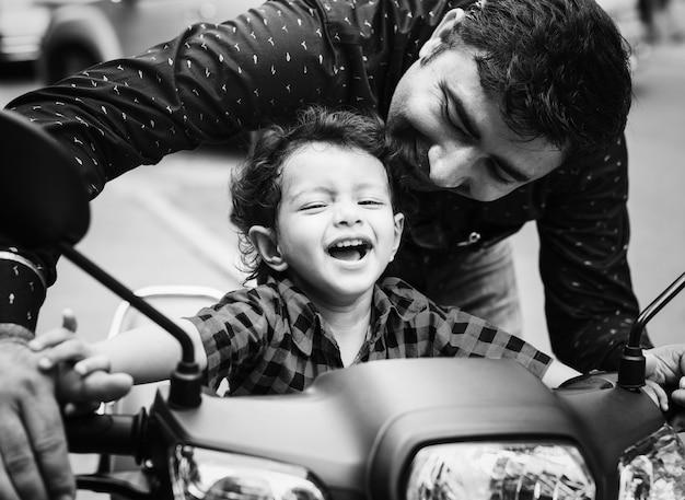 Jonge indiase jongen rijdt op de motor