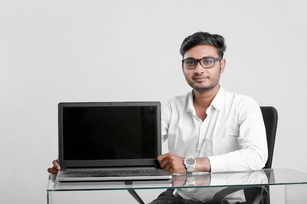 Jonge indiase man aan het werk op kantoor