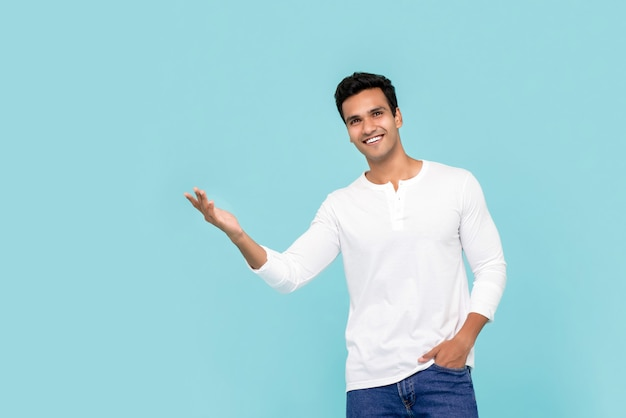 Jonge indiase man die met geopende palm presenteert