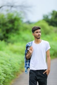 Jonge indiase man poseren in de natuur