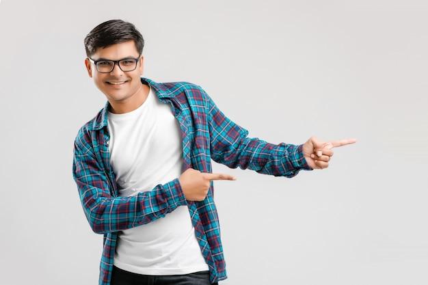 Jonge indiase man richting met hand tonen