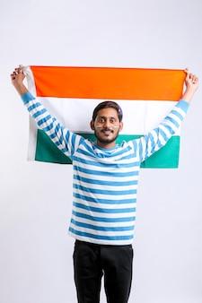 Jonge indiase man viert de dag van de indische republiek of de onafhankelijkheidsdag