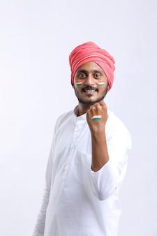 Jonge indiase man viert indische onafhankelijkheidsdag of republiekdag