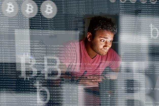 Jonge indiase programmeur die denkt hoe hij meer cryptocurrency kan krijgen