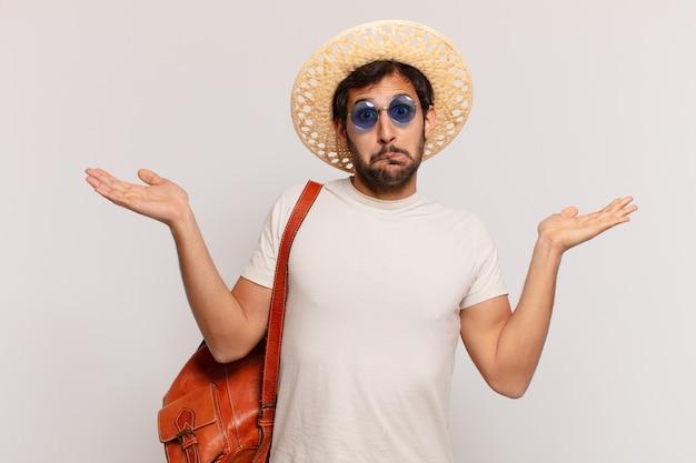 Jonge indiase reiziger man twijfelende of onzekere uitdrukking