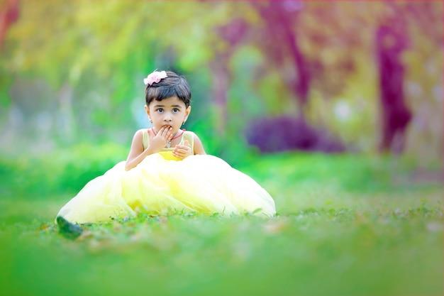 Jonge indiase schattig meisje wauw uitdrukking