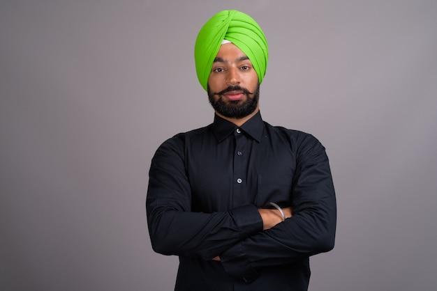 Jonge indiase sikh zakenman draagt groene tulband