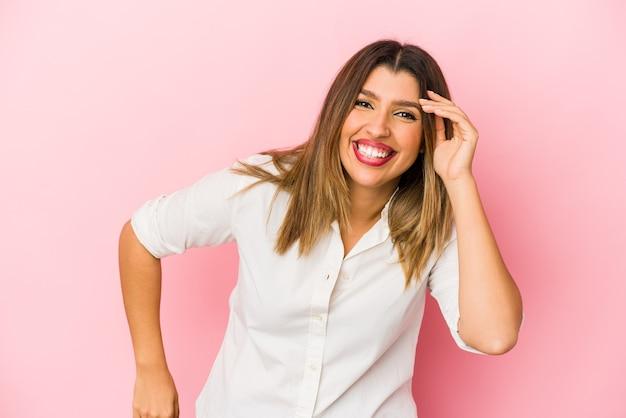 Jonge indiase vrouw geïsoleerd op roze muur vrolijk lachen veel. geluk concept