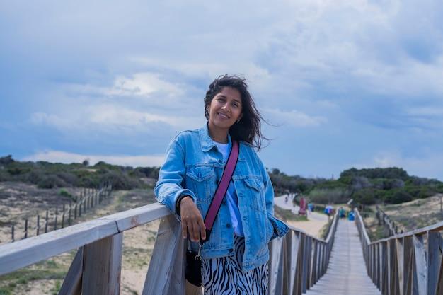 Jonge indiase vrouw gelukkig op het strand