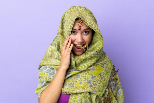 Jonge indiase vrouw op geïsoleerde achtergrond