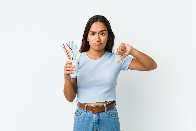 Jonge indiase vrouw protesteert tegen klimaatverandering en het misbruik van plastic