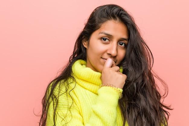 Jonge indiase vrouw tegen roze