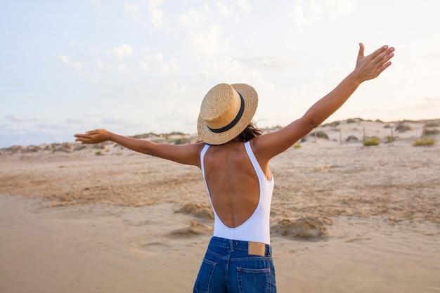 Jonge indiase vrouw terug naar het strand