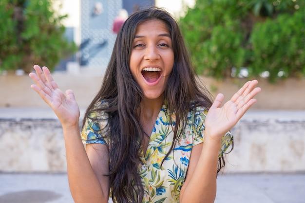 Jonge indiase vrouw verrast op straat