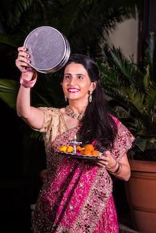 Jonge indiase vrouw viert karwa chauth festival