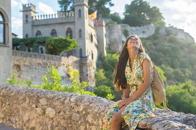 Jonge indiase vrouw zittend op de muur op de berg