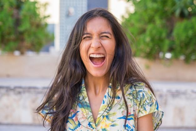 Jonge indiase vrouw zo blij op straat