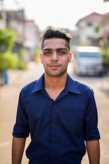 Jonge indiase zakenman in de straten buiten