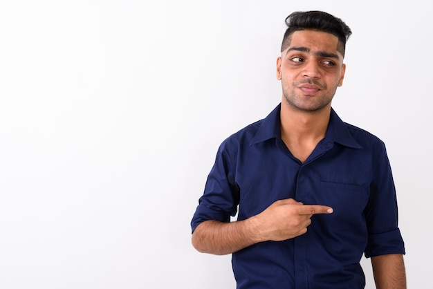 Jonge indiase zakenman op wit