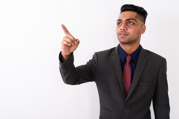 Jonge indiase zakenman pak op wit dragen