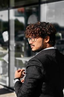 Jonge indiase zakenman rent naar een vergadering