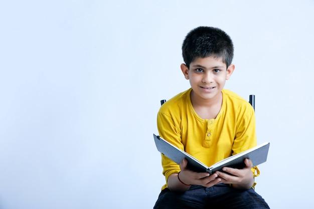 Jonge indin jongen met een laptop