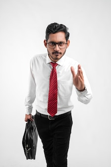 Jonge indische bedrijfsmens die voor succes opvoert