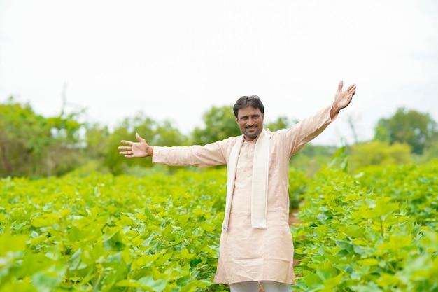 Jonge indische boer die zich op katoenlandbouwgebied bevindt.