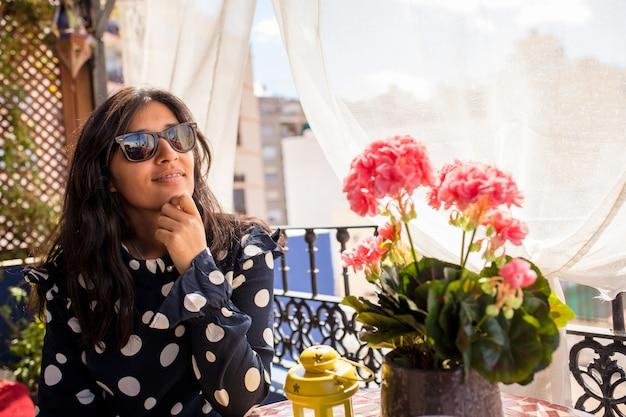 Jonge indische en gelukkige vrouw die denkt