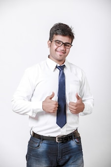 Jonge indische mens die dreun toont
