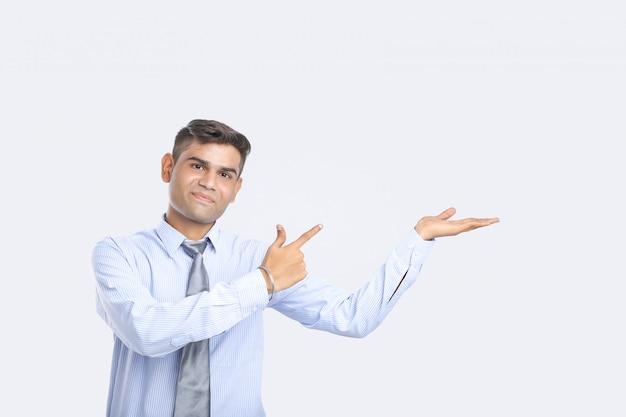 Jonge indische mens die richting met hand toont