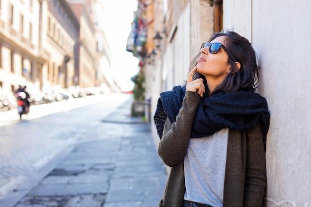Jonge indische vrouw die bij de straat denkt