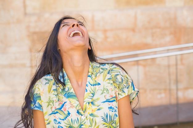 Jonge indische vrouw die in de straat lacht
