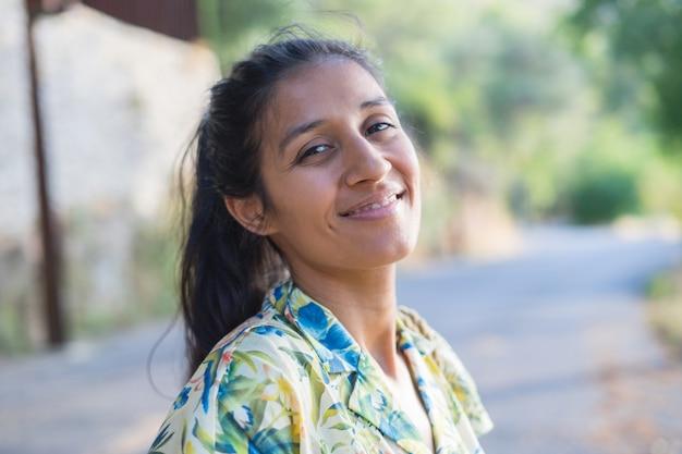 Jonge indische vrouw die in ountryside lacht