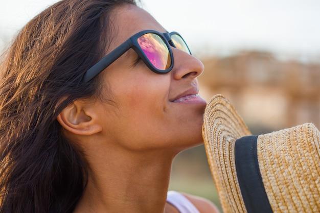 Jonge indische vrouw die op het strand glimlacht