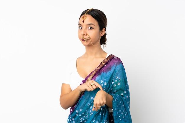 Jonge indische vrouw die op witte achtergrond wordt geïsoleerd die het gebaar om laat te zijn maakt