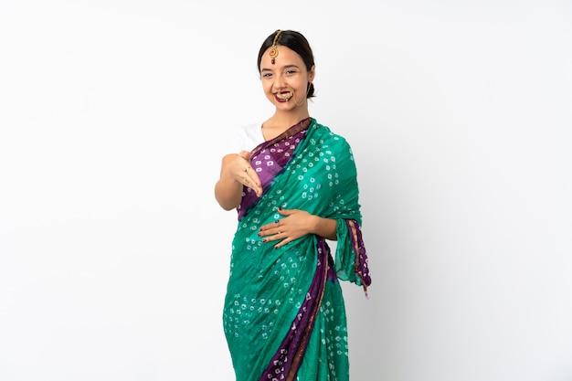 Jonge indische vrouw die op witte handen wordt geïsoleerd voor het sluiten van heel wat