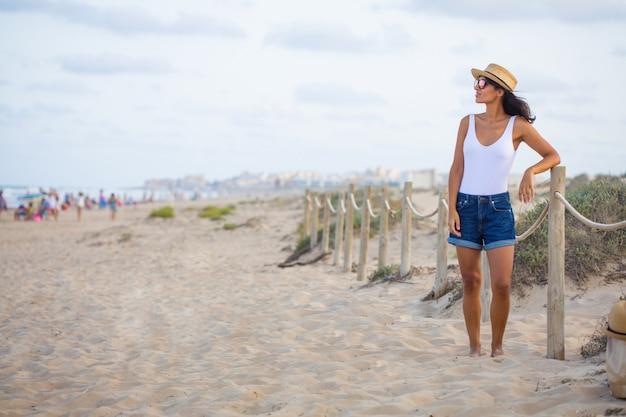 Jonge indische vrouw die zich op het strand bevindt