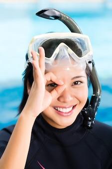 Jonge indonesische duiker zegt oké