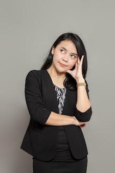 Jonge indonesische vrouw fantaseert en denkt terwijl ze omhoog kijkt