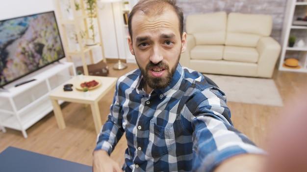Jonge influencer die met de camera praat tijdens het opnemen van een vlog. beroemde jonge vlogger.