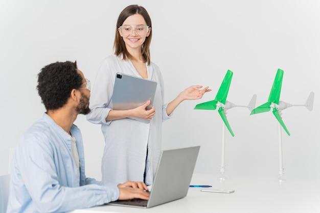 Jonge ingenieur bezig met energie-innovaties
