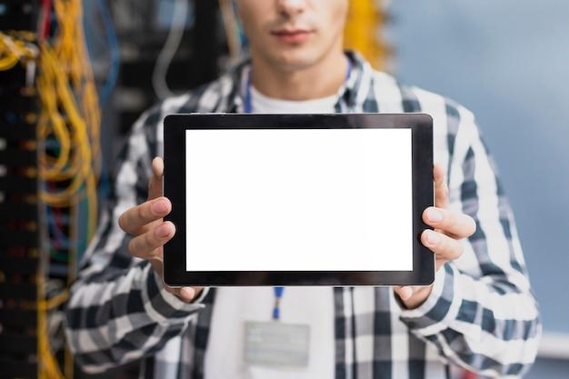 Jonge ingenieur met een tabletmodel