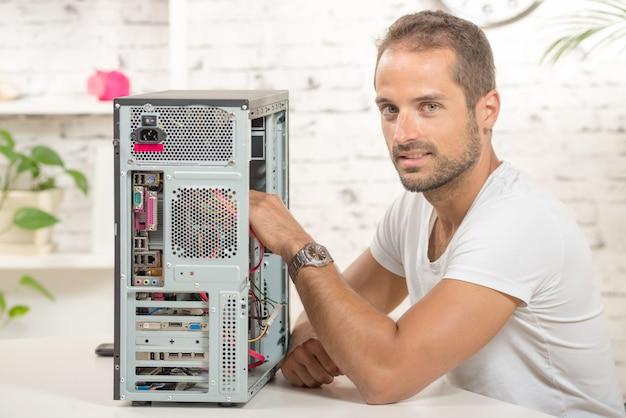Jonge ingenieur repareerde een computer