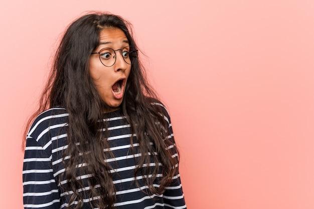 Jonge intellectuele indiase vrouw wordt geschokt vanwege iets dat ze heeft gezien.