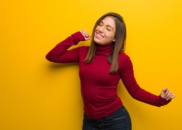 Jonge intellectuele vrouw dansen en plezier maken