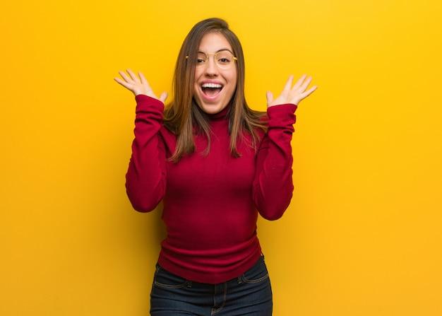 Jonge intellectuele vrouw die een overwinning of een succes viert
