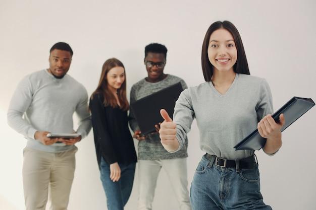 Jonge internationale mensen die samenwerken en de laptop gebruiken