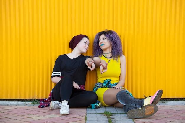 Jonge interraciale tiener vriendinnen