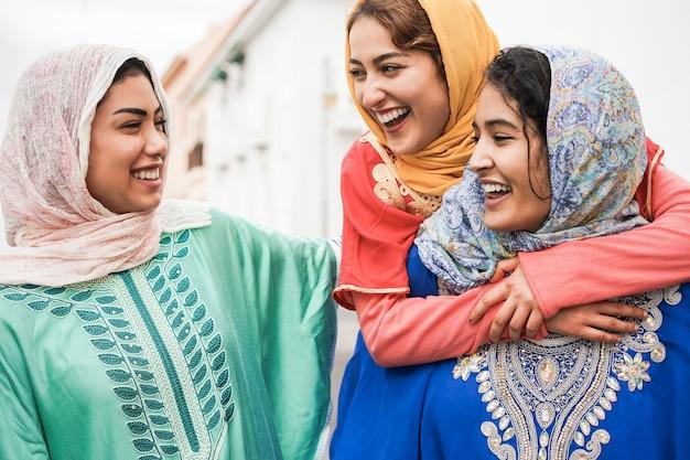 Jonge islamitische mensen die plezier hebben buiten in de stad